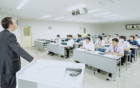研修中の若手の営業社員のイメージ画像