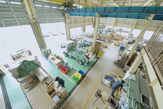 工場内の全体を上から撮影している写真