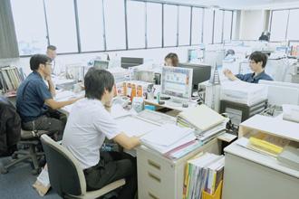 社内の仕事風景の写真