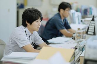 若い男性社員がパソコンで仕事をしている写真