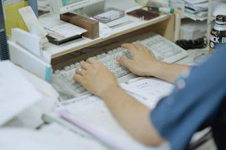 パソコンを操作している手元の写真
