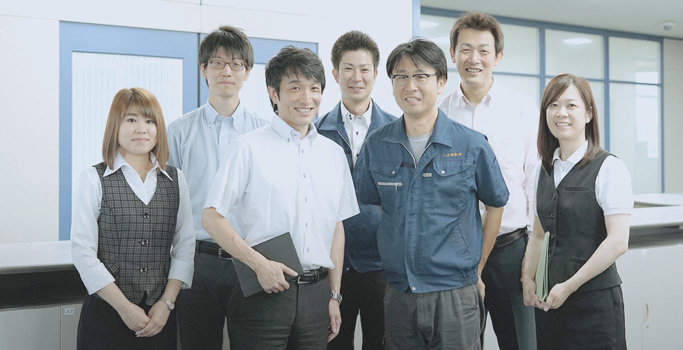 社員が笑顔で並んでいる画像